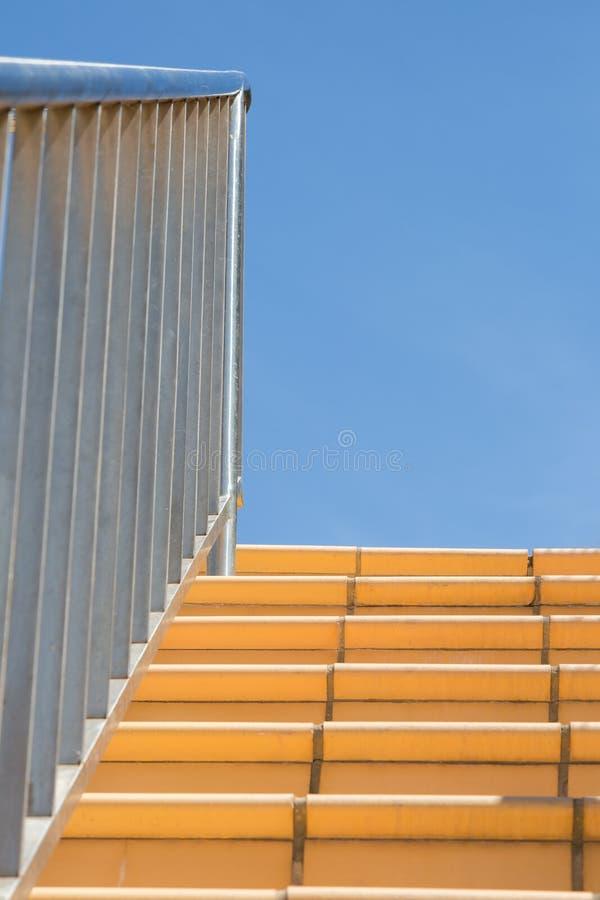 不锈钢扶手栏杆和细长立柱 免版税库存照片
