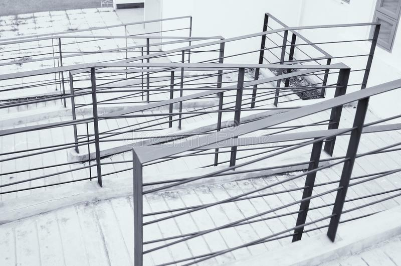 不锈钢扶手栏杆在墙壁和步被安装 库存照片