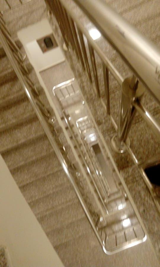 不锈钢扶手栏杆顶视图与钢楼梯栏杆的在从midlanding的平板的高层商业大厦 免版税库存照片