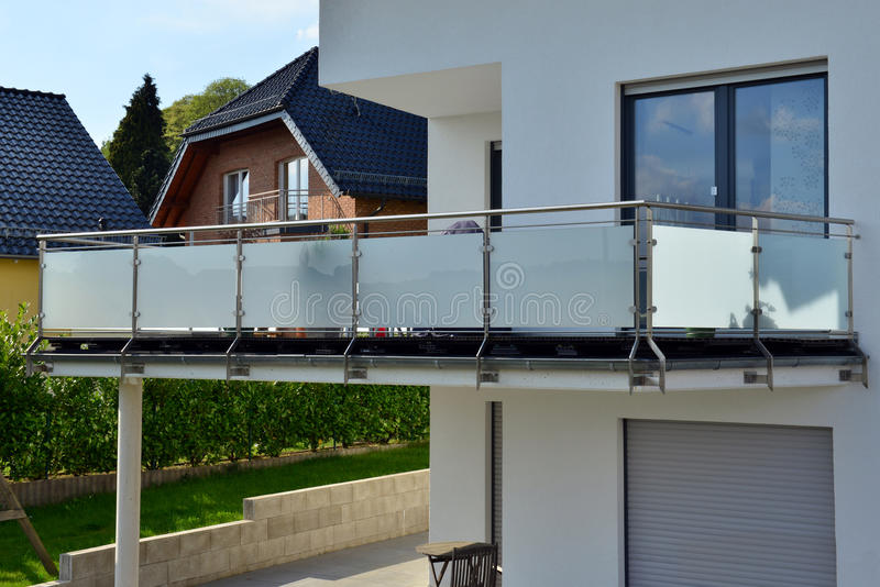 不锈钢扶手栏杆 免版税图库摄影