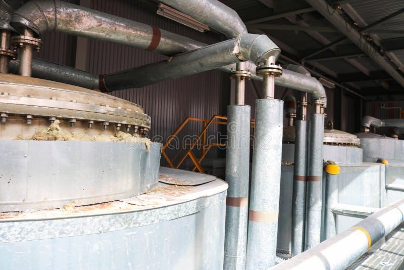 不锈钢有螺栓和螺柱的,化工整流专栏热转换器的上面金属盒盖与管子的有耳轮缘的 库存照片