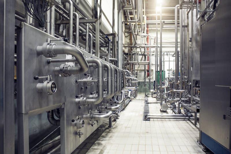 不锈钢管子和水库或者坦克、工业啤酒生产、金属管道在啤酒厂发酵和蒸馏 图库摄影