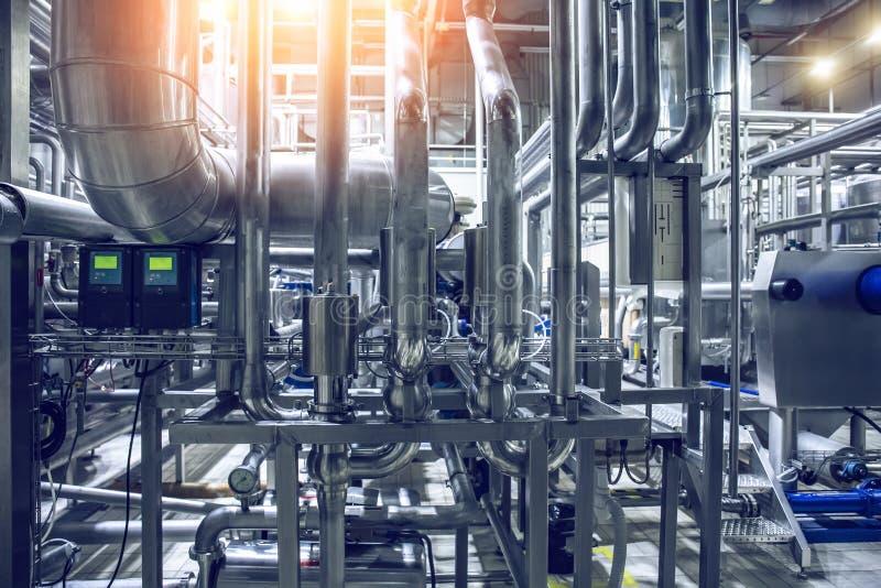 不锈钢管子和管道在现代啤酒工厂 啤酒厂生产设备,抽象工业背景 库存照片