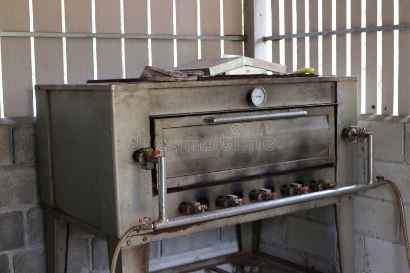不锈钢面包烤箱由厚实的古板的钢制成 免版税库存照片