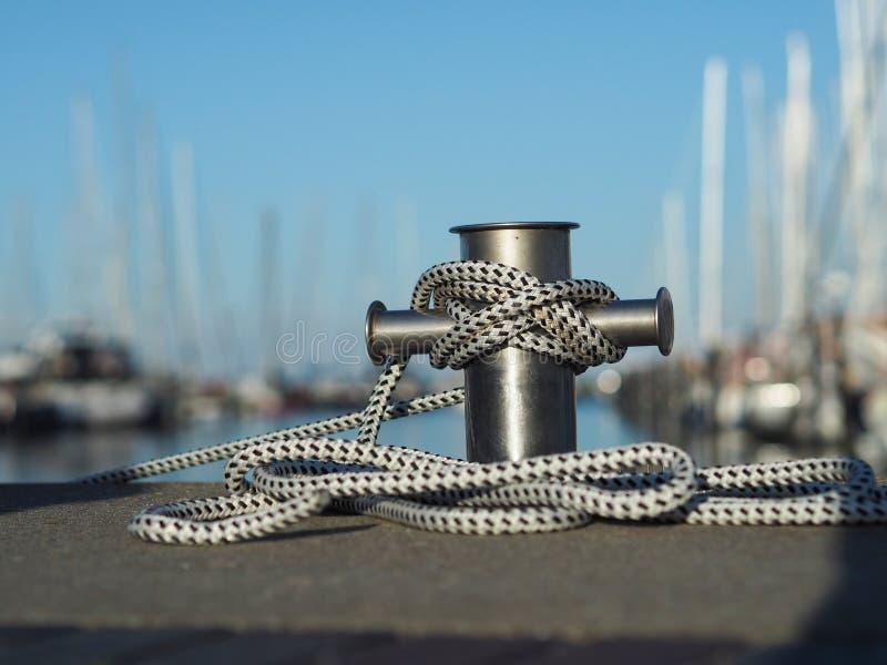 不锈钢系船柱在小游艇船坞 图库摄影