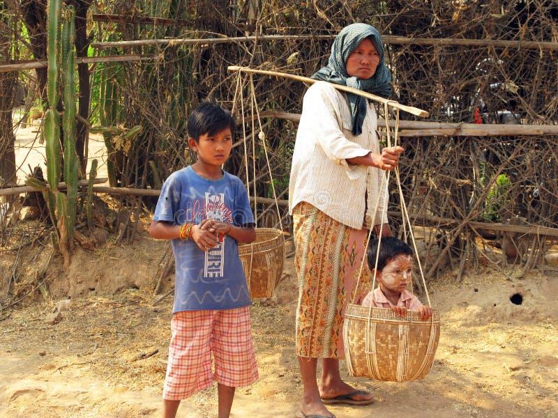 不轻信的神色缅甸-母亲和孩子 免版税图库摄影