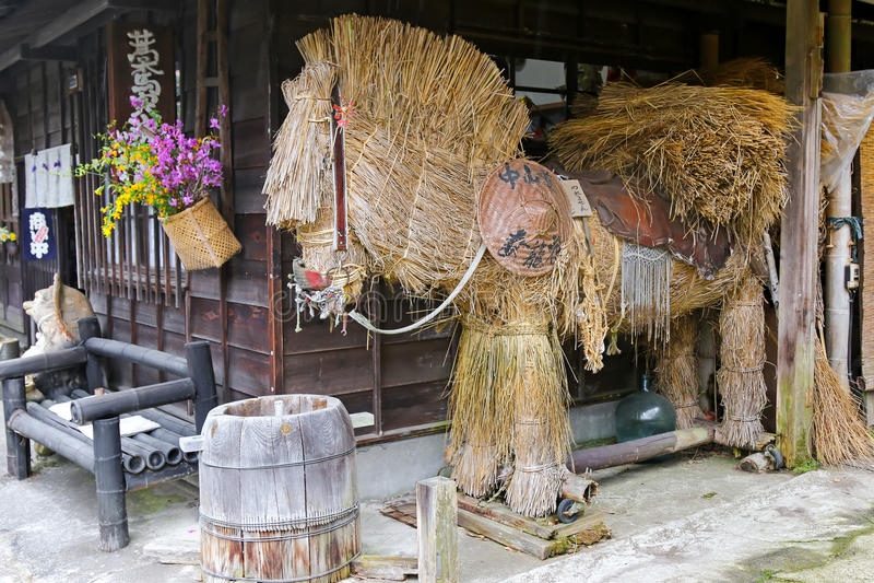 与一个传统帽子的大秸杆马在Tsumago,日本 库存图片