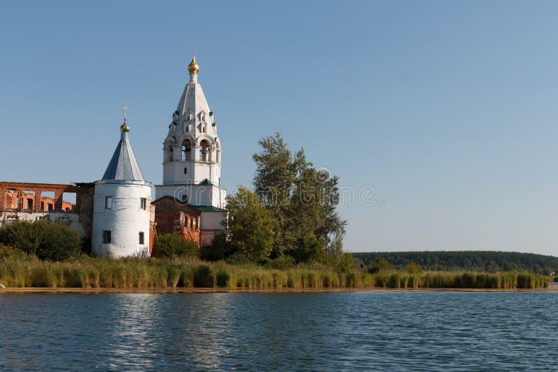 与一个修道院的风景在湖中间 免版税库存照片