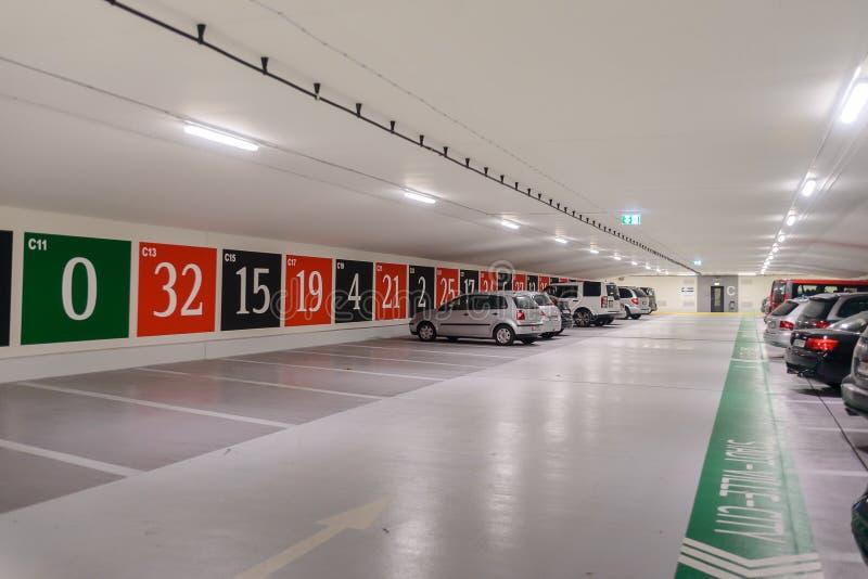 与一个入口的地下停车处对作为轮盘赌被发布的赌博娱乐场 库存照片