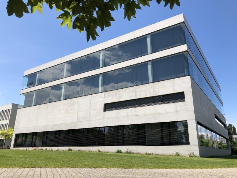与一个公园的现代大厦在克罗伊茨林根,瑞士 图库摄影