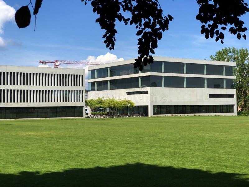 与一个公园的现代大厦在克罗伊茨林根,瑞士 库存图片