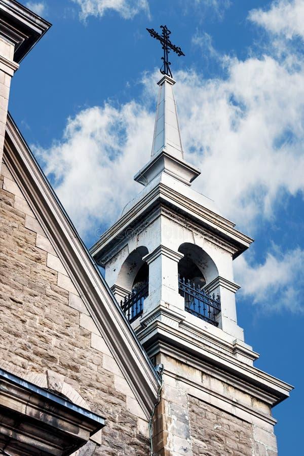 与一个十字架的教堂钟塔在上面 免版税库存图片