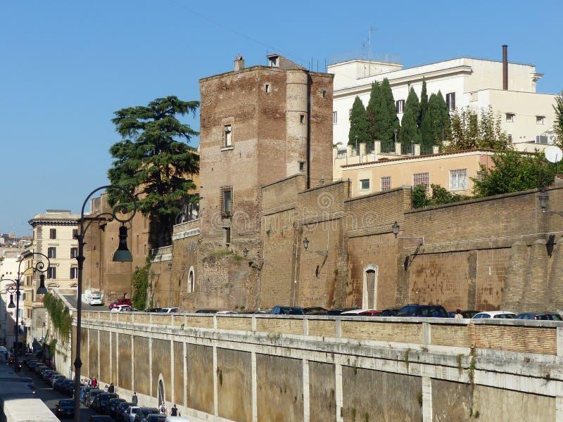 与一个古老塔的老罗马界限 意大利 库存照片