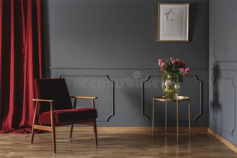与一个唯一红色扶手椅子身分的简单的候诊室内部 免版税库存图片