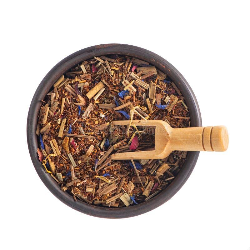 与一个土气木瓢的清凉茶在白色背景隔绝的碗 顶视图 库存照片