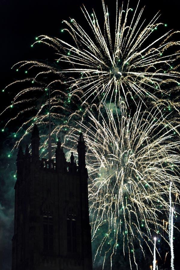 与一个塔的壮观的烟花显示在前景 图库摄影
