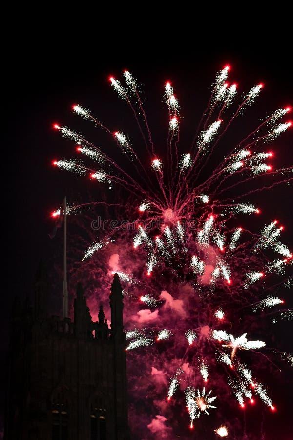 与一个塔的壮观的烟花显示在前景 免版税图库摄影