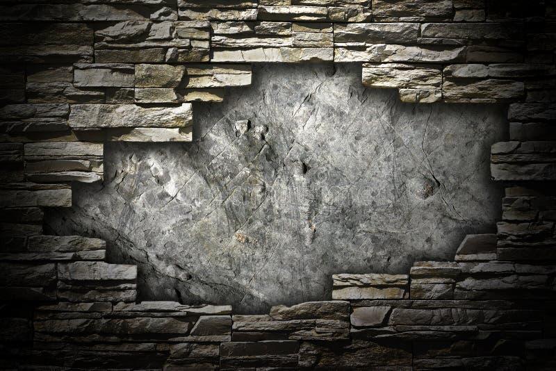 与一个大漏洞的石墙在中间名 免版税库存图片