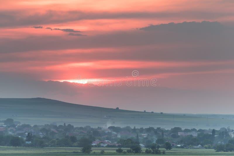 与一个大落日的美好的农村风景 免版税库存图片