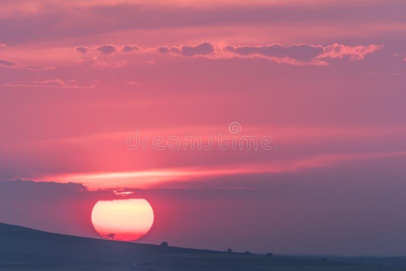 与一个大落日的美好的农村风景 免版税图库摄影