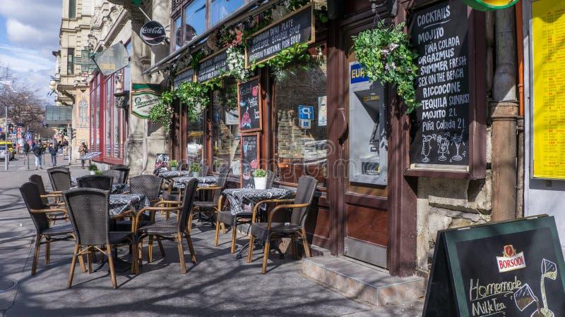 与一个大阳台的一个咖啡馆在布达佩斯 图库摄影
