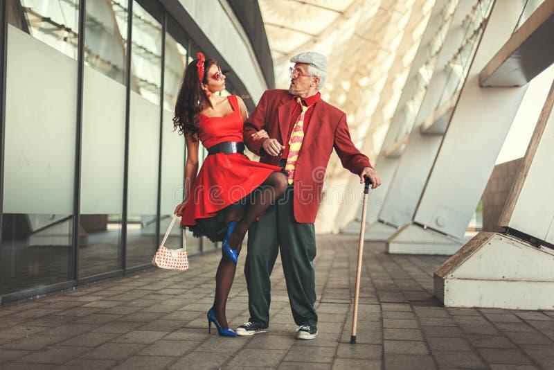与一个女孩的老人跳舞 图库摄影