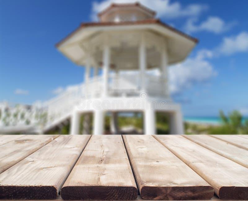 与一个好的婚礼塔的木桌 图库摄影