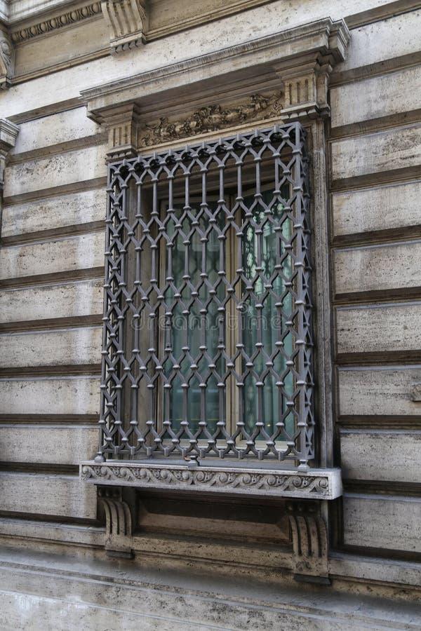 与一个好的金属窗口的老大厦和历史的建筑学在罗马意大利 图库摄影