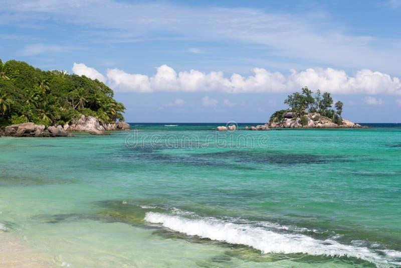 与一个小海岛近的,塞舌尔群岛的美丽的海滩 免版税图库摄影