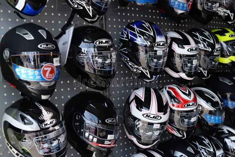 与一个小组的商店陈列室摩托车盔甲 免版税库存照片