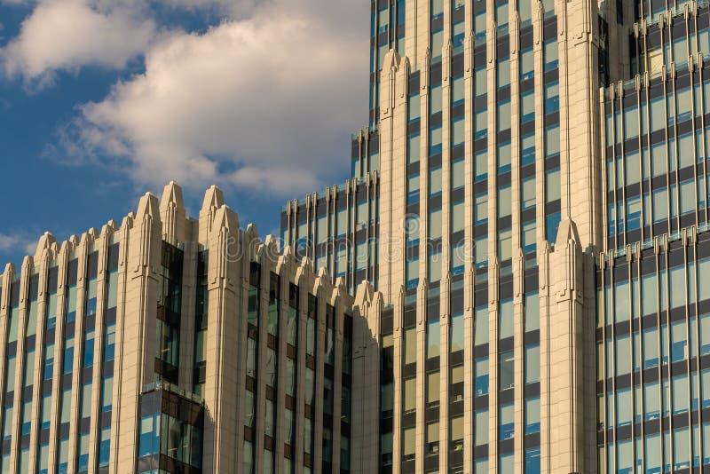 """与一个尖顶的高层建筑物在莫斯科 事务中心""""Armory"""" 新斯大林主义样式 免版税图库摄影"""