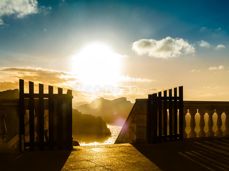 与一个开放门的惊人的风景在日出 库存照片