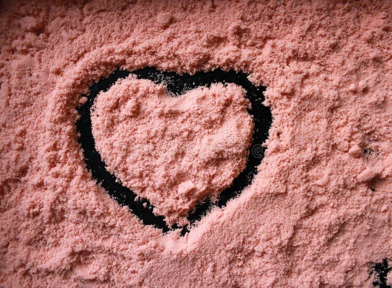 与一个心形的样式的珊瑚沙子 免版税库存照片