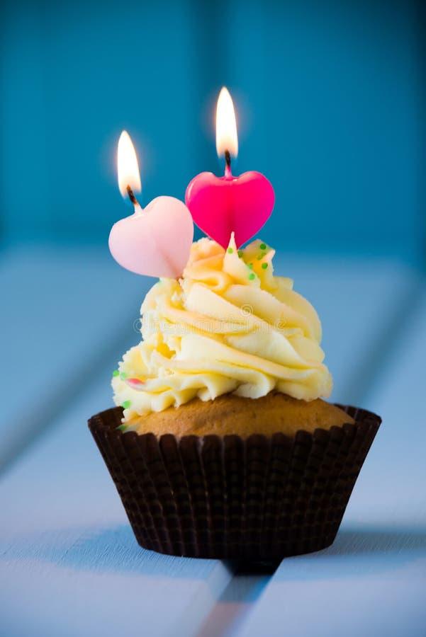 与一个心形的蜡烛的杯形蛋糕2的-第二个生日 库存照片