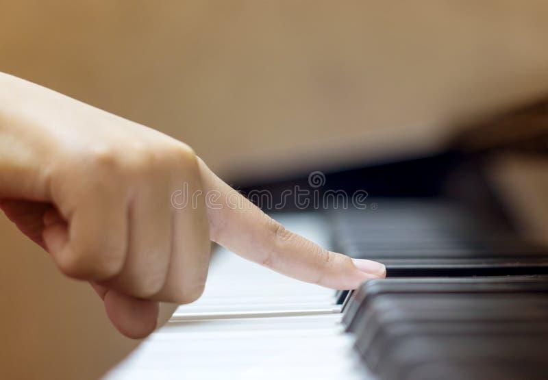与一个手指的儿童游戏钢琴 免版税库存图片