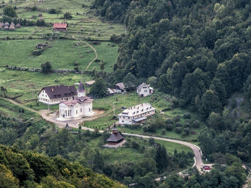 与一个新和一个老教会的美好的山风景 库存照片