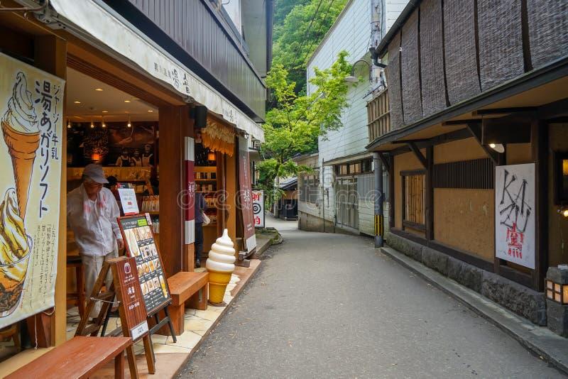 与一个未认出的人的地方葡萄酒街道大气冰淇凌店和餐馆大厦的, Kurokawa Onsen镇 免版税图库摄影