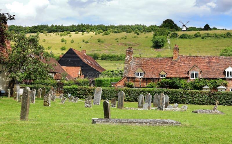 与一个村庄的英国夏天风景谷的 库存照片