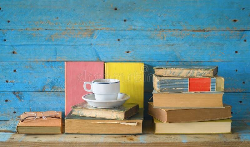 与一个杯子的书coffe和眼镜 免版税库存图片