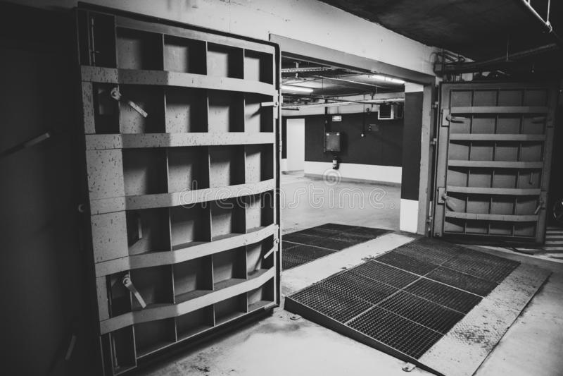 与一个核爆炸避难所防核尘地下室的重金属的门,地下四个故事的细节在深 库存照片