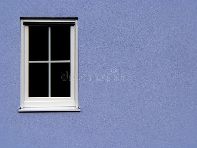 与一个格子的一个白色窗口在蓝色背景 图库摄影