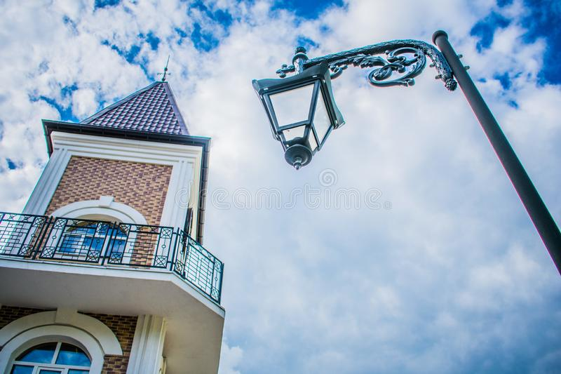 与一个灯笼的一座钟楼在天空的背景 免版税库存照片