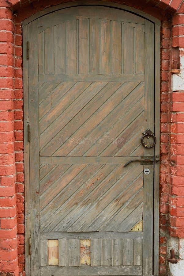 与一个灯笼的老木门在它上 库存照片