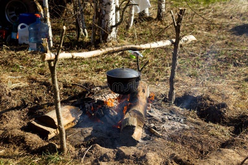 与一个烹调罐的营火 库存照片