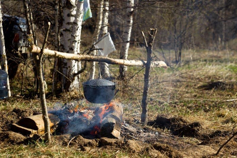 与一个烹调罐的营火 库存图片