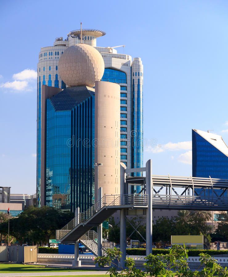 与一个球的现代迪拜大厦在屋顶 免版税库存图片