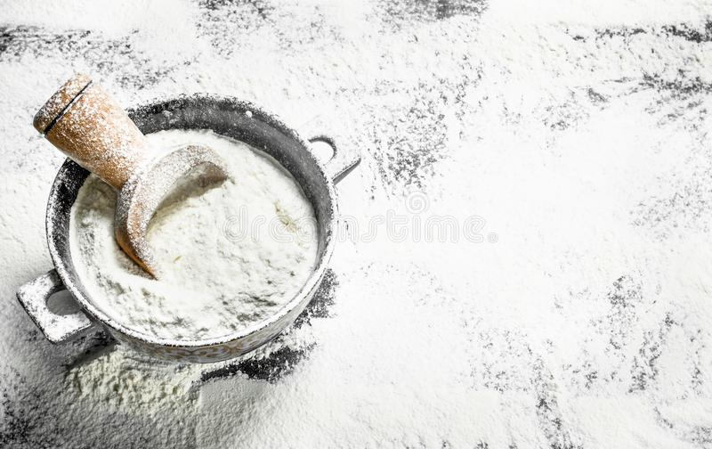 与一个瓢的面粉在碗 免版税库存照片