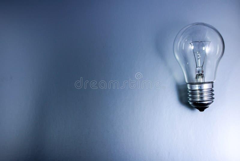 与一个电灯泡的灰色背景 免版税库存照片