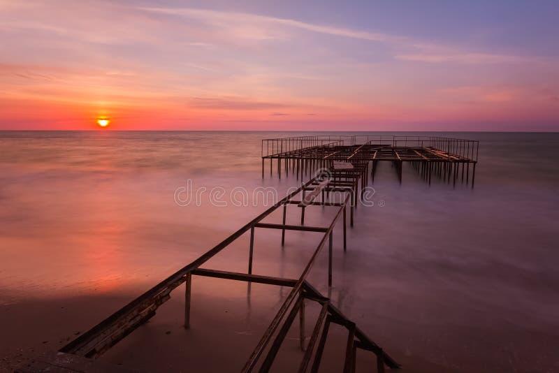 与一个码头的美好的日出风景在背景 免版税库存图片
