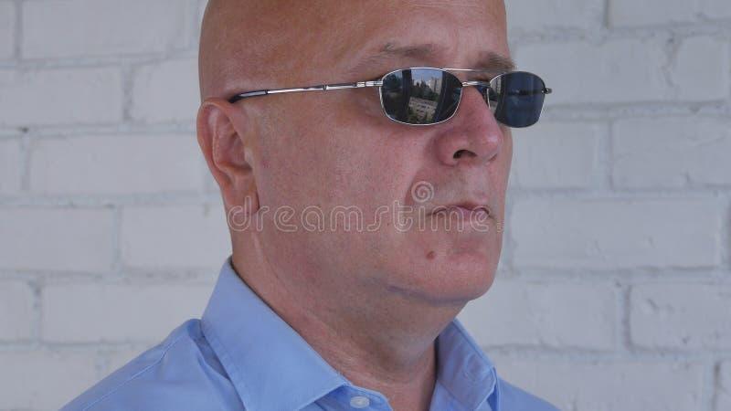 与一个确信的商人佩带的太阳镜的图象 库存照片